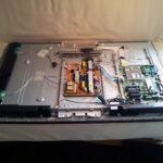 Innehållet i Samsung TVn innan kondensatorer är bytta