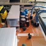 Gamla söndriga kondensatorer med buktande topp i mitten av bilden